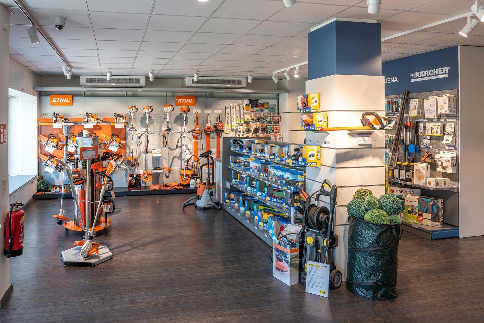 In unserem Geschäftslokal finden Sie ein umfangreiches Sortiment an Schrauben, Dübeln, Gartenzubehör, Fahrradzubehör, Schmier- und Reinigungsmitteln, Ölen, Pflegemitteln u. v. m. © Reinhard Podolsky